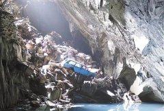 景象震撼 英废弃矿洞发现数百辆旧车残骸