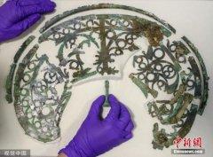 英国建筑工地发现铁器时代战士坟墓 头盔装饰极其精美