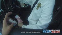 男子在成名高速上驾车时毒瘾发作 停应急车道吸毒被查