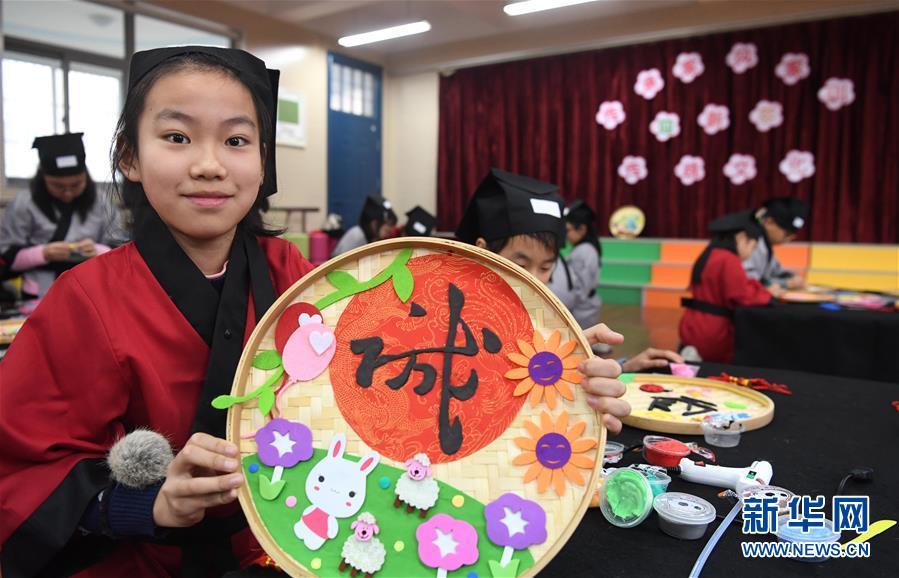 合肥小学生展示家风家训主题手工作品学习传统文化迎新年