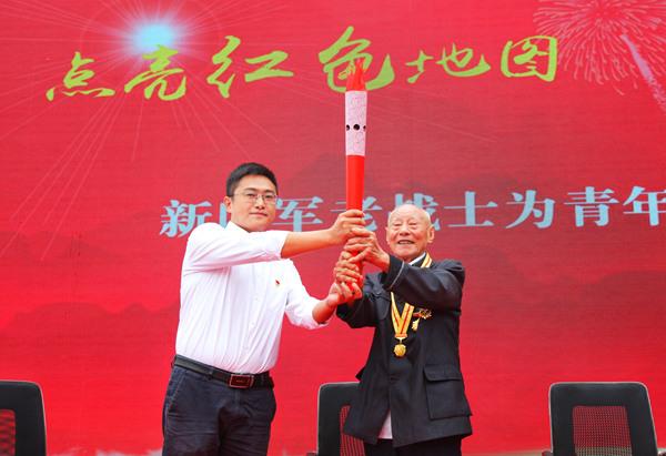 """94岁高龄的新四军老战士张德夫把""""红色火炬"""",然后将这把熊熊燃烧的""""红色火炬"""",传递给六合区竹镇""""优秀共产党员"""" 彭骏"""